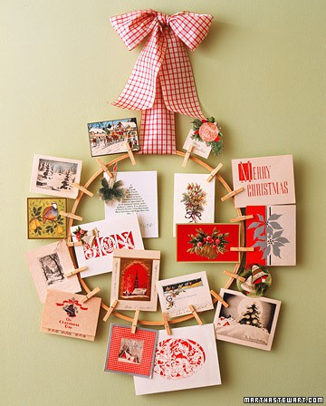 Creative DIY Ways To Display Christmas Cards- Are you looking for ways to display that pile of Christmas Cards? Check out these cool Christmas card display holders like this clothespin wreath! These are really great DIY Christmas projects that are suitable for people of all skill levels! #christmas #ChristmascardDisplay #diy #diyhomedecor