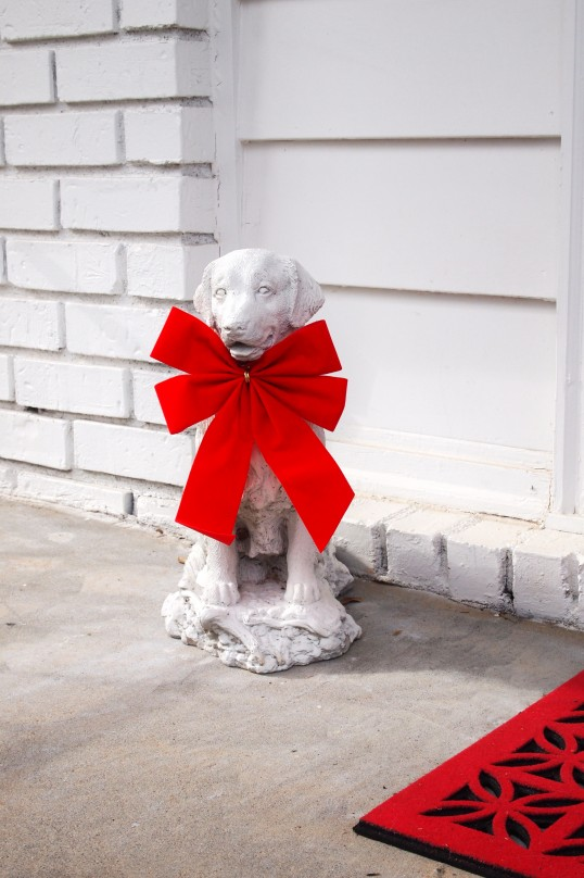retriever statue with Christmas bow