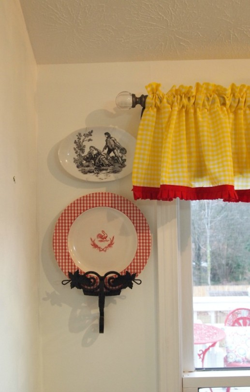 gingham & rooster plate