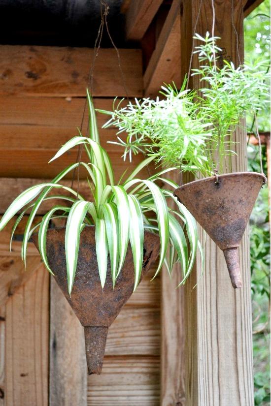 Conteneurs de jardin créatifs - entonnoir utilisé comme planteur