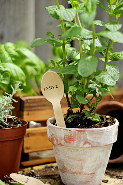 11 Creative Plant Marker Ideas- Wooden spoon plant markers | how to label plants in your garden, label your herbs #gardening #DIY #garden #craft