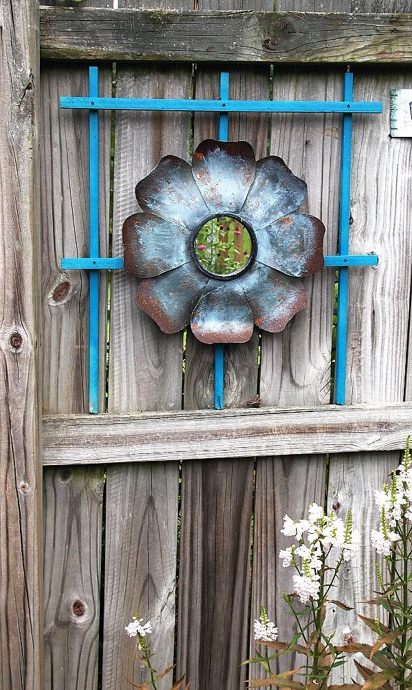Diy pallet art in my garden garden photos a cultivated for Garden fence decoration ideas