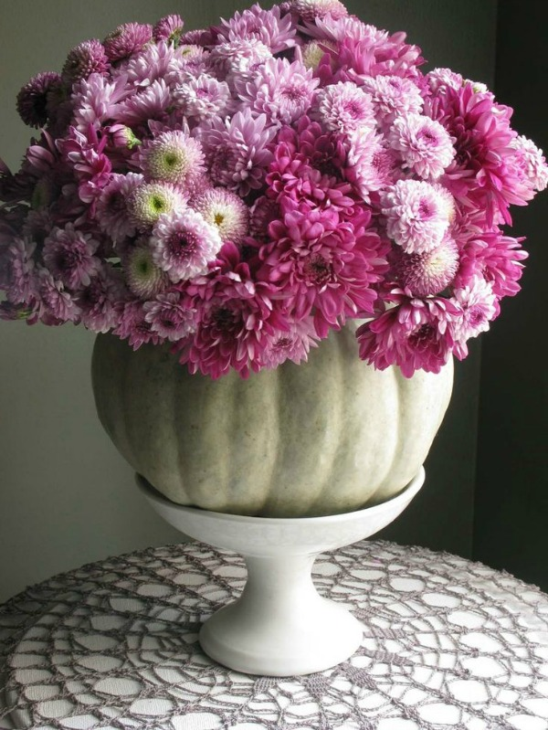DIY Floral Fall Decor with Mums- If you want an easy way to decorate your home for fall, you should get some mums! Check out these creative ideas for decorating with mums! | floral decoration, floral decor, easy ways to decorate your home for fall #decor #fall #autumn #flowers #mums #chrysanthemums #decorating #ACultivated Nest