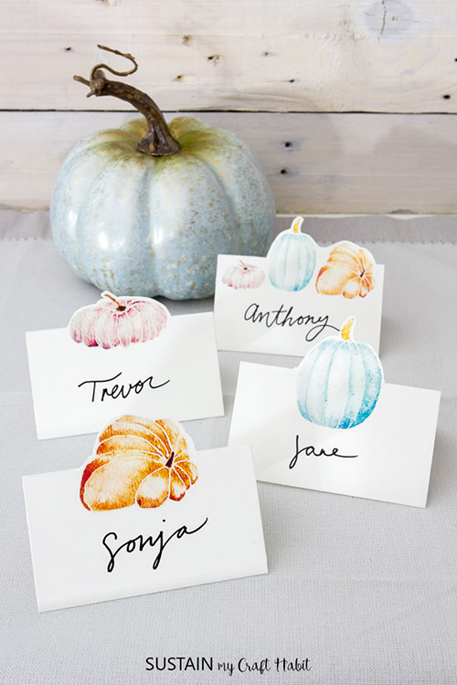 10 Easy Thanksgiving Place Card DIYs- Make your Thanksgiving dinner table look gorgeous with these DIY Thanksgiving place card ideas! | #placeCards #ThanksgivingCrafts #crafts #Thanksgiving #ACultivatedNest