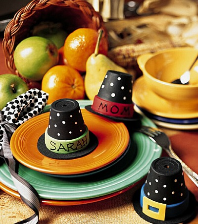 Budget Decorating Ideas for Thanksgiving -Decorating the table for Thanksgiving dinner is so much fun. It's the little details, like place cards, that can add an extra special touch! Really easy DIY Thanksgiving place card ideas. - pilgrim-hat-place-cards