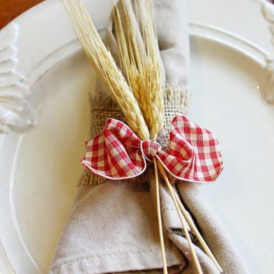 DIY burlap gingham & wheat napkin ring. Perfect for your Thanksgiving table!