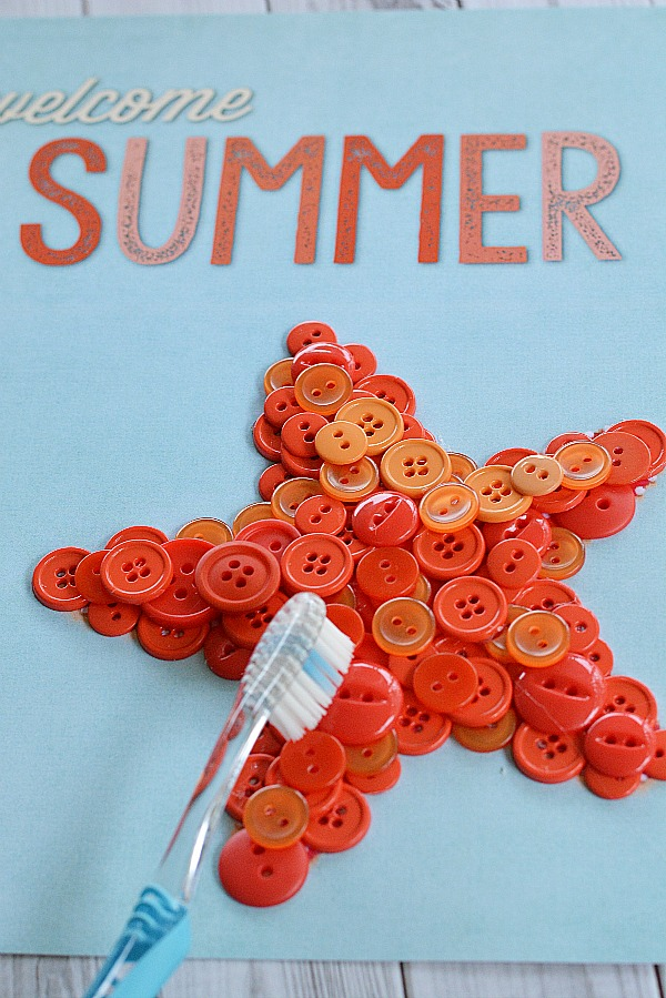 Starfish Welcome Summer Button Craft- Removing glue | #freePrintable #diy #craft #summer #printable #decor #wallArt #buttonCraft #kidsCraft