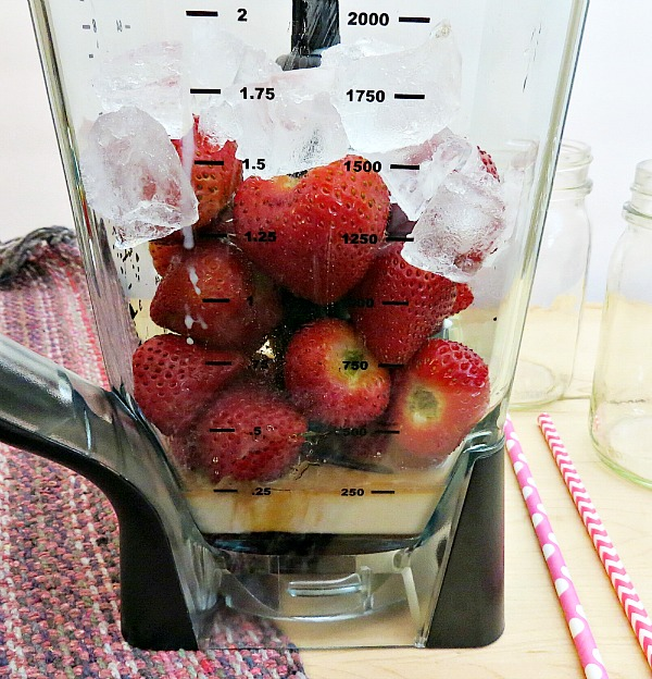 How to make a strawberry and cream smoothie