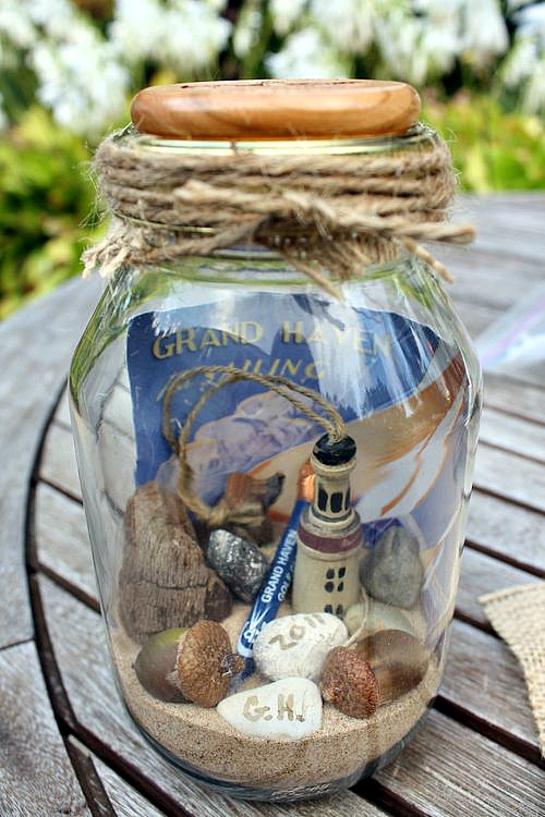 10 Summer Mason Jar Craft ideas like this DIY Mason memory jar