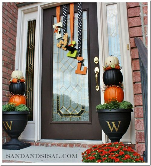 Fall Wreath and Front Porch- Unsure how to decorate your front porch for autumn? Take a look at these 15 fabulous fall front porch ideas and be inspired! | #fall #porchDecor #decorating #fallDecor #ACultivatedNest