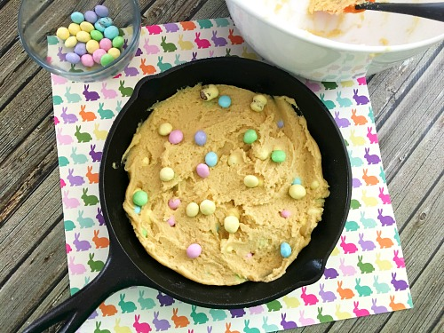 Big Cookie Recipe for Easter- Need to make a lot of Easter dessert fast? You should make this easy (and super delicious) cast iron skillet Easter cookie! | big cookie recipe, spring dessert recipe ideas, cast iron skillet baking, cast iron skillet cooking, Easter dessert for party, Easter dessert for crow, #dessert #Easter #cookie #ACultivatedNest