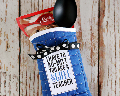 12 Brilliant DIY Teacher Gifts- If you want to thank your kids' teachers at the end of the school year or start the year off with a nice present, then you have to make one of these DIY gifts for teachers! | #DIYgift #homemadeGift #backToSchool #teacherGifts #ACultivatedNest
