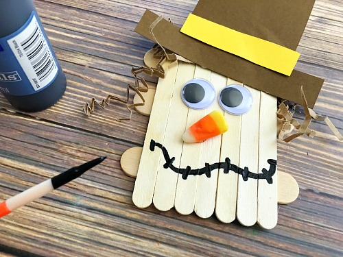 Scarecrow Popsicle Stick Fall Kids Activity- This scarecrow popsicle stick craft is a fun and inexpensive kids craft that's perfect for fall! It would also tie in well with reading the Wizard of Oz in your homeschool! | fall, autumn, fall kids activities, what to make with craft sticks, kids DIY projects, #kidsCraft #kidsActivities