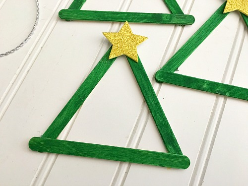 This Christmas tree popsicle stick craft is an easy and fun DIY Christmas ornament project! It's a great holiday activity for kids of all ages! | Christmas craft, homemade Christmas ornament, ornament craft, Christmas kids craft