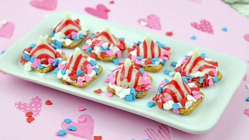 These peppermint pretzel kisses make wonderful party treats or a great food gift! They're quick and easy to make, and are full of chocolate and peppermint flavor!   recipe, dessert, snack, crunchy, homemade