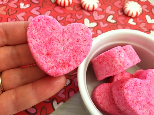 Heart-Shaped Bath Bombs- These cute DIY heart-shaped bath bombs would make lovely gifts for Valentine's Day, Mother's Day, or birthdays! And they're so quick and easy to make! | pink, homemade, handmade, homemade gift, handmade Christmas gift, handmade Valentine's Day gift, homemade beauty product, DIY beauty, #diy, #ValentinesDay #bathBomb #beauty