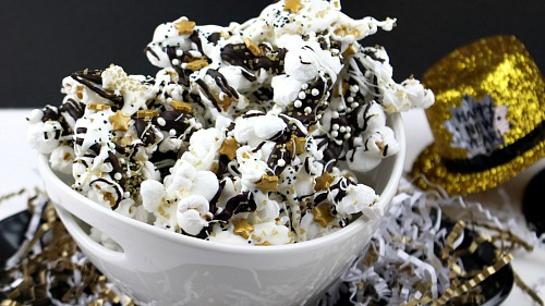 Sparkly new years eve popcorn quick and easy party treat new years eve popcorn this new years eve popcorn is an easy and yummy forumfinder Images