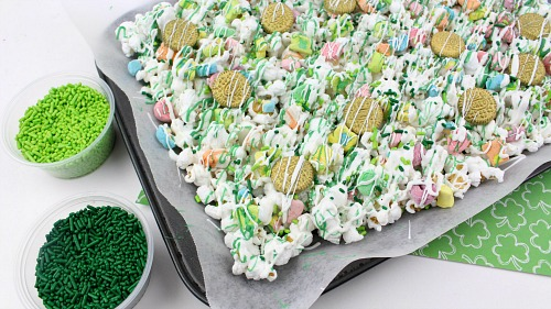 Lucky Charms Chocolate Drizzled Popcorn- This Lucky Charms chocolate drizzled popcorn is an easy, no-bake St. Patrick's Day treat! The sweet marshmallows pair perfectly with the crunchy popcorn. This dessert popcorn makes a great St. Patricks Day party favor! | St. Patty's Day, green, homemade snack, #dessert #popcorn #recipe #StPatricksDay