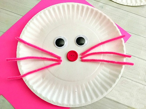 Cute Bunny Paper Plate Craft for Kids- Paper plate crafts are an inexpensive and fun way to keep kids busy! This spring, have your kids do this cute bunny paper plate craft! | rabbit, easy craft, #Easter #kidsCraft #DIY #kidsActivity
