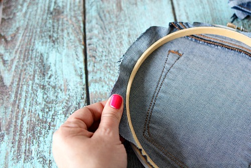 DIY Embroidery Hoop Wall Hanging- If you need to update your home's decor, a fun way is with this DIY embroidery hoop wall hanging! You can customize it with the fabric of your choice! | craft, easy DIY project, red, white, and blue, patriotic, Memorial Day, Fourth of July, home decor, custom wall art