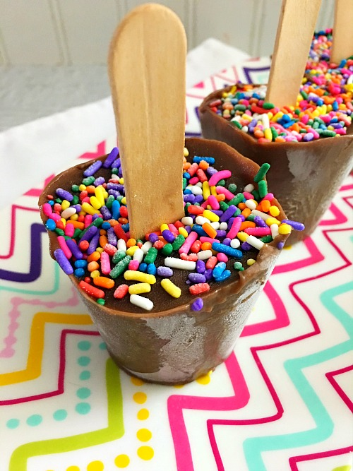 Sprinkle Pudding Pops- There's nothing better than a quick, cold treat on a hot summer day. These delicious sprinkle pudding pops only take minutes to put together! | homemade popsicle, make your own pudding pops, chocolate pudding pop, easy, quick, dessert, snack, recipe, for kids, summer treat, ice cream, food