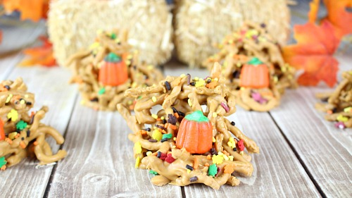 Autumn Haystacks Chow Mein Candy- This delicious no-bake candy is perfect for fall! Check out how easy it is to make this autumn haystacks chow mein candy! | haystacks candy, recipe, no bake, Halloween dessert, fall dessert, Thanksgiving dessert, food, homemade #candy