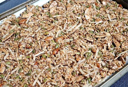 Homemade Apple Cinnamon Granola- Stop buying pricey commercial granola and make your own. This apple cinnamon granola is so easy to make, and full of delicious apple flavor! | how to make granola from scratch, healthy, breakfast, snack, fall, autumn, clean eating, #granola