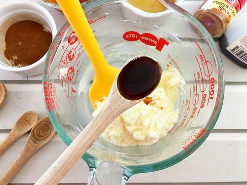 Homemade Pumpkin Pie Spice Butter- The only thing better than butter on bread is flavored butter on bread! Here's how to make homemade pumpkin pie spice butter that's perfect for fall! | flavored butter, fall, autumn, pumpkin spread, ways to use up extra pumpkin pie mix filling, food, #pumpkin