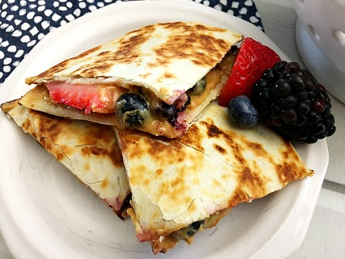 Quick and Healthy Breakfast Quesadillas- Just because you're in a hurry doesn't mean you have to have an unhealthy breakfast. Instead, make these quick and healthy breakfast quesadillas! #recipe #breakfast #food #healthyEating