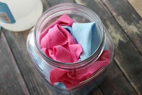 Reusable Homemade Dryer Sheets- It's amazingly easy to make these reusable homemade dryer sheets! You only need a few ingredients and a few minutes, and then you'll have all-natural DIY dryer sheets ready to use in your next load of laundry! | homemade laundry products, ways to save money, money saving tips, money saving ideas, #diy #laundry #frugalLiving #homemade