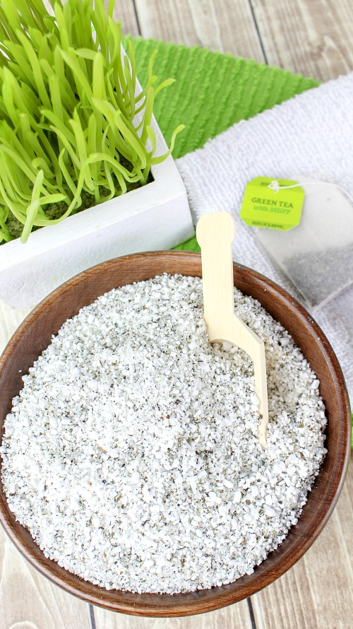Soothing Green Tea and Peppermint DIY Bath Salts- Tired and achy after working out at the gym or working in your garden? Then you should relax in a bath with these green tea and peppermint DIY bath salts! This homemade bath soak is so soothing, and if you put it in a jar it makes a great gift! | essential oils, easy homemade gift idea, #diy #beauty #diyGifts #bathSalts