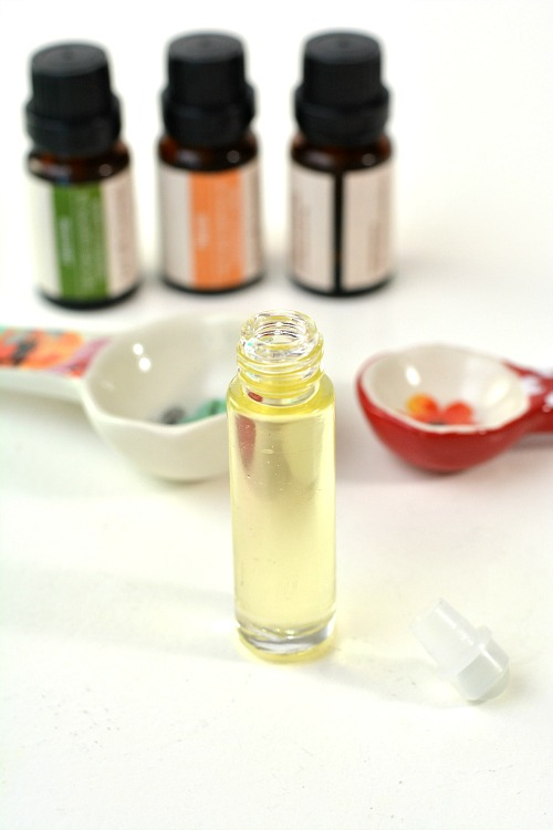 Floral DIY Essential Oil Roller- This DIY rollerball perfume is so easy to make, and smells wonderfully floral! Check out this tutorial to find out how to make your own roll on perfume!   perfume rollerball, floral perfume, DIY gift ideas, #perfume #diy #homemade #essentialOils