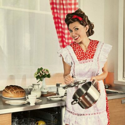 Should You Be Like an Old Fashioned 1950s Housewife?