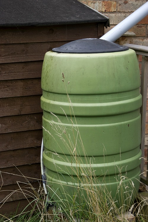 16 Ways to Save Money on Your Water Bill- Rain barrel. | #waterBill #water #frugal #moneySavingTips #moneySaving #saveMoney #waysToSaveMoney #frugalLiving #reduceWaterUsage #utilities