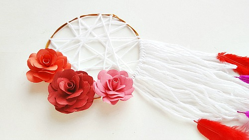 Floral DIY Dreamcatcher- Want to add a cute boho touch to your home's decor? Then you need to make this pretty floral DIY dreamcatcher! It's so easy to customize! | #DIY #dreamcatcher #boho #craft #yarn #decor #homemade #floral #papercraft #paperFlowers #paper