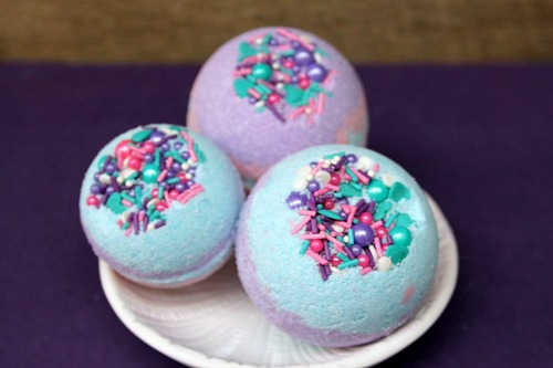 Fun DIY Mermaid Bath Bombs- These DIY mermaid bath bombs have fun colors and make great bubbles! These homemade bath bombs also make great DIY gifts! | DIY bath bombs with a mermaid theme, ocean theme, sea theme, aquatic theme, #DIY #bathBomb #beauty #craft #homemade #diyGift #homemadeGift #mermaid #ACultivatedNest