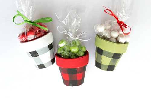 DIY Checkered Gift Pots- These DIY buffalo check terracotta gift pots are a fun and creative way to give food gifts or homemade gifts! These would be perfect for Christmas! | handmade gift, homemade gift, craft, how to wrap food gifts, how to give food presents, candy gift containers, #diy #Christmas #ACultivatedNest