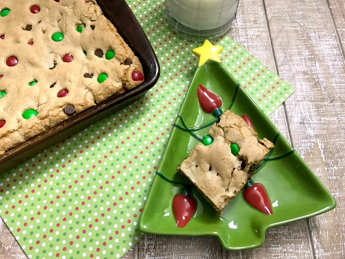 Chocolate Chip Cookie Bars Food Gift Idea- These chocolate chip Christmas cookie bars are an easy way to make a big holiday dessert to feed a crowd! These would also make a great food gift! | easy dessert recipe, homemade food gift idea, holiday baking recipes, #Christmas #cookies #ACultivatedNest