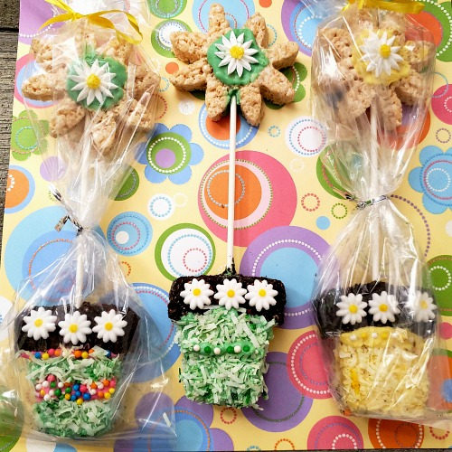 Flower Pot Rice Krispies Treats- For a fun spring dessert recipe, you have to make these adorable flower pot rice krispies treats! These would be perfect for spring party treats! | spring party dessert ideas, home rice krispies, crispy rice recipe, #dessert #recipe #riceKrispiesTreats #ACultivatedNest