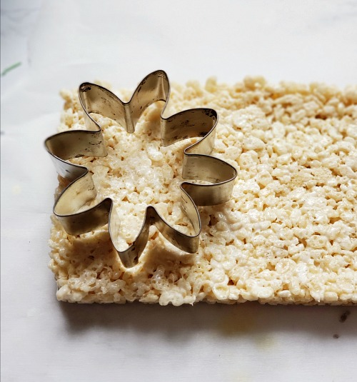 Spring Flowers Party Treat Recipe- For a fun spring dessert recipe, you have to make these adorable flower pot rice krispies treats! These would be perfect for spring party treats! | spring party dessert ideas, home rice krispies, crispy rice recipe, #dessert #recipe #riceKrispiesTreats #ACultivatedNest