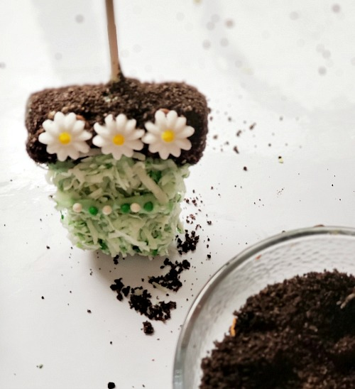 Spring Flower Pots Party Dessert Recipe- For a fun spring dessert recipe, you have to make these adorable flower pot rice krispies treats! These would be perfect for spring party treats! | spring party dessert ideas, home rice krispies, crispy rice recipe, #dessert #recipe #riceKrispiesTreats #ACultivatedNest