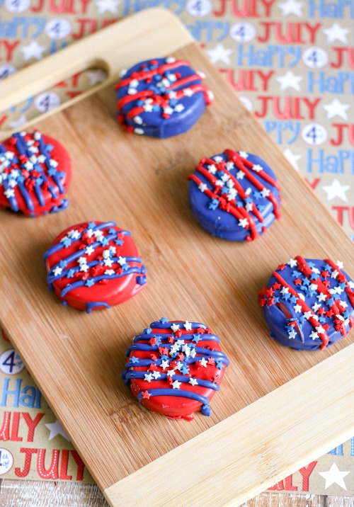 Memorial Day Oreos Dessert Recipe- These patriotic decorated Oreos are a quick and easy treat that would be perfect for your next Memorial Day or Fourth of July party! | 4th of July recipes, red, white, and blue dessert ideas, candy covered Oreos, #4thOfJuly #MemorialDay #dessert #ACultivatedNest