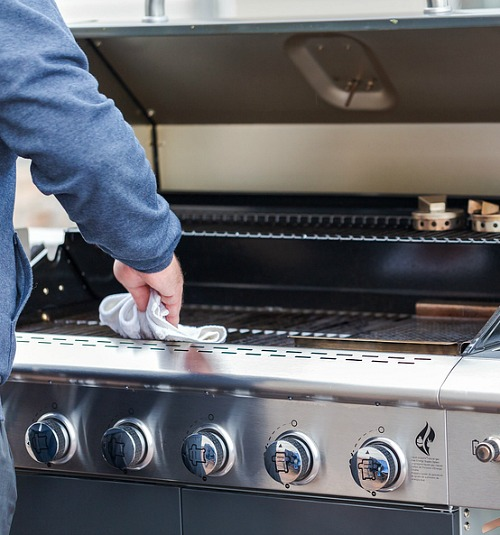 Easy Ways to Clean Your Grill- It doesn't have to take ages to clean your gas or charcoal grill, if you know these tips! Here are all the best tips and tricks for how to clean your grill the easy way! | grill cleaning hacks, clean charcoal grill, clean gas grill, clean grill at the end of summer, #grilling #cleaningTips #cleaning #ACultivatedNest