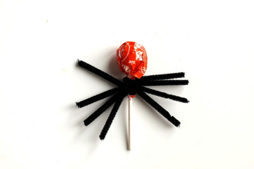 Spider Lollipops Halloween DIY- Your kids will have a fun time doing this Halloween spider lollipops kids craft! They're easy to make, and would be special treats for trick or treaters! | #craft #halloween #kidsCraft #halloweenCandy #ACultivatedNest