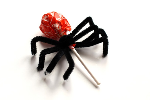 Spider Halloween Lollipops Craft- Your kids will have a fun time doing this Halloween spider lollipops kids craft! They're easy to make, and would be special treats for trick or treaters! | #craft #halloween #kidsCraft #halloweenCandy #ACultivatedNest