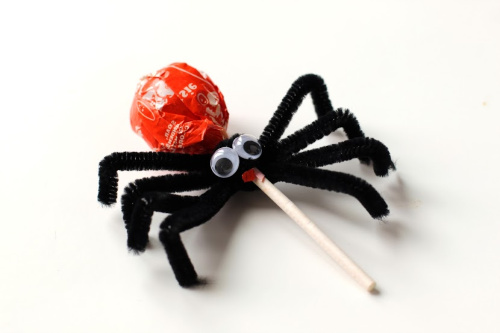 Spider Halloween Lollipops DIY- Your kids will have a fun time doing this Halloween spider lollipops kids craft! They're easy to make, and would be special treats for trick or treaters! | #craft #halloween #kidsCraft #halloweenCandy #ACultivatedNest