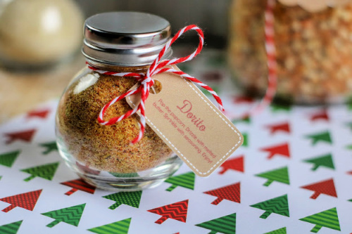 Homemade Popcorn Gift in a Jar- This homemade popcorn gift set is perfect for all occasions. It comes with 3 different popcorn seasonings and they are all delicious and easy to mix up! And it even comes with free printable Christmas gift tags! | #popcorn #diyGift #foodGift #homemadeGift #ACultivatedNest