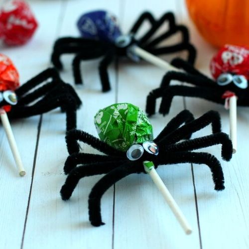 Spider Lollipops Kids Craft- Your kids will have a fun time doing this Halloween spider lollipops kids craft! They're easy to make, and would be special treats for trick or treaters! | #craft #halloween #kidsCraft #halloweenCandy #ACultivatedNest