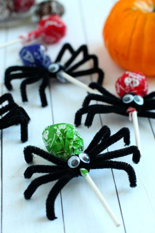 Spider Lollipops Kids Craft for Halloween- Your kids will have a fun time doing this Halloween spider lollipops kids craft! They're easy to make, and would be special treats for trick or treaters! | #craft #halloween #kidsCraft #halloweenCandy #ACultivatedNest