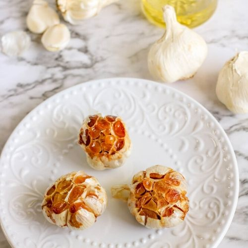Homemade Roasted Garlic- This homemade roasted garlic is the perfect addition to tons of dishes! If you want to learn how to roast garlic at home, it's very easy, and delicious! | #garlic #homemade #recipe #roastedGarlic #ACultivatedNest